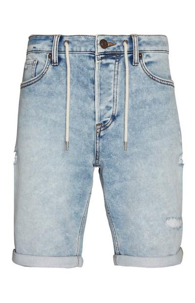 Pantalón corto rasgado de color azul claro con cordón de ajuste