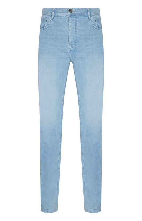 Hellblaue, eng anliegende Jeans mit Stretch
