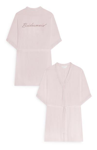 Roze satijnen ochtendjas met borduursel voor bruidsmeisje