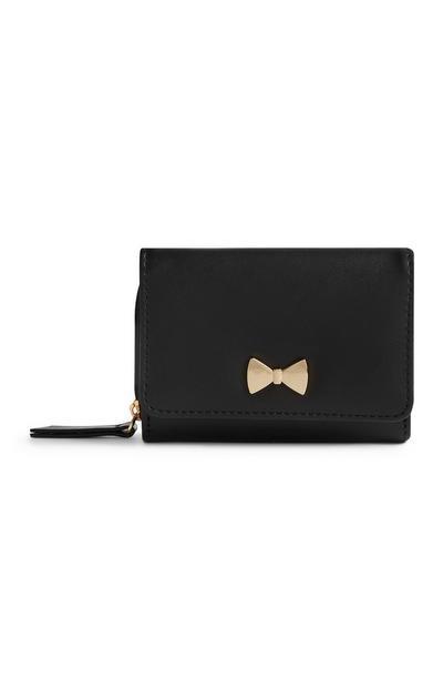 Črna torbica s kovinsko pentljo