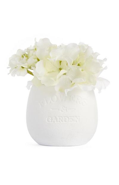 Kleiner, weißer Keramiktopf mit Kunstblumen