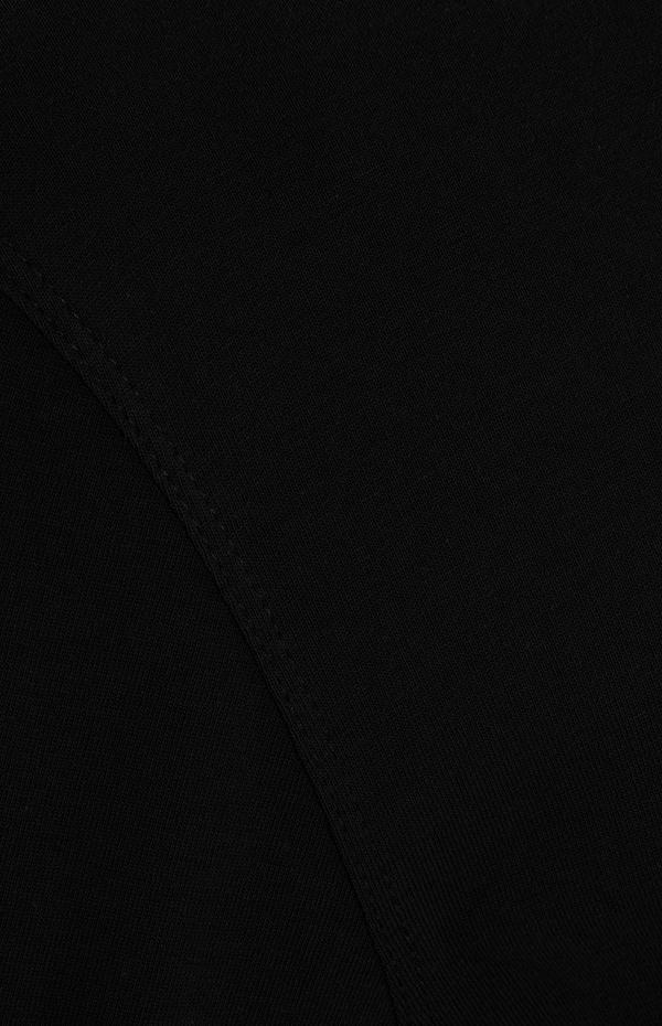 Črna majica z okroglim ovratnikom in kratkimi rokavi