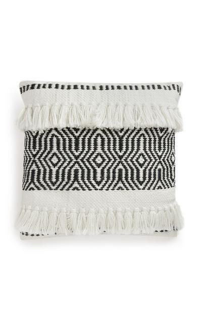 Coussin noir et blanc à franges et motifs géométriques