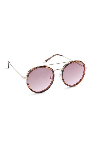 Sonnenbrille mit runden, rosafarbenen Gläsern, Schildpattrand und Brauensteg