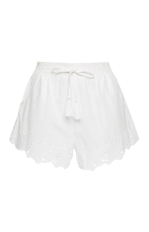 Weiße Shorts mit Schiffli-Stickerei