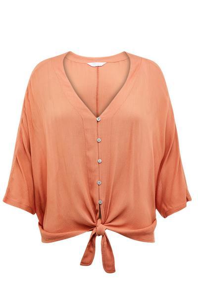Koraalkleurige blouse van viscose met knoopstrik aan de voorkant