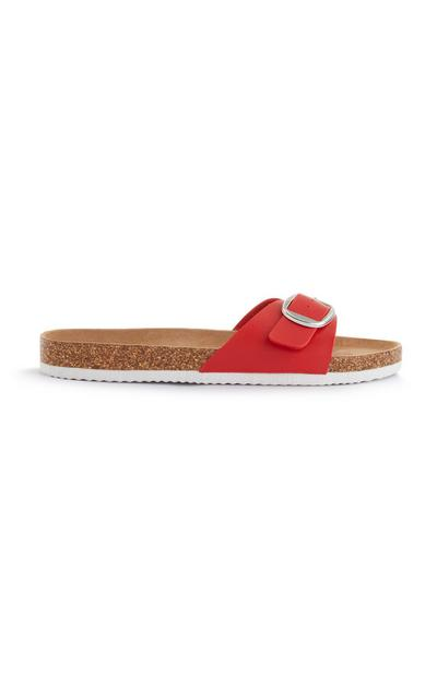 Sandalias rojas con una sola tira y hebilla