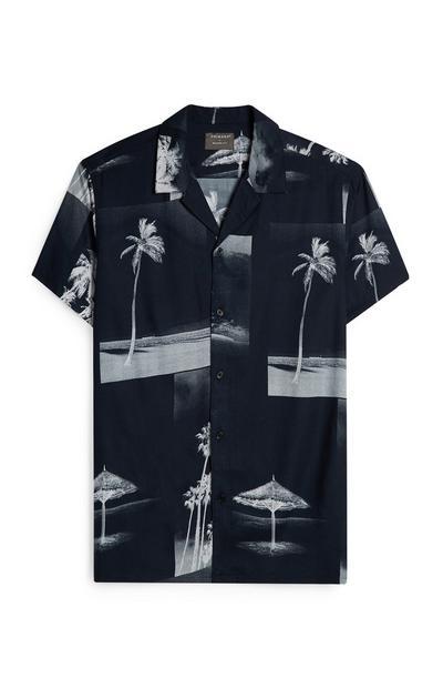 Camisa de botones en color negro con estampado de palmeras
