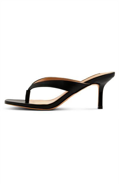Sandalias de tacón negras con tira entre los dedos