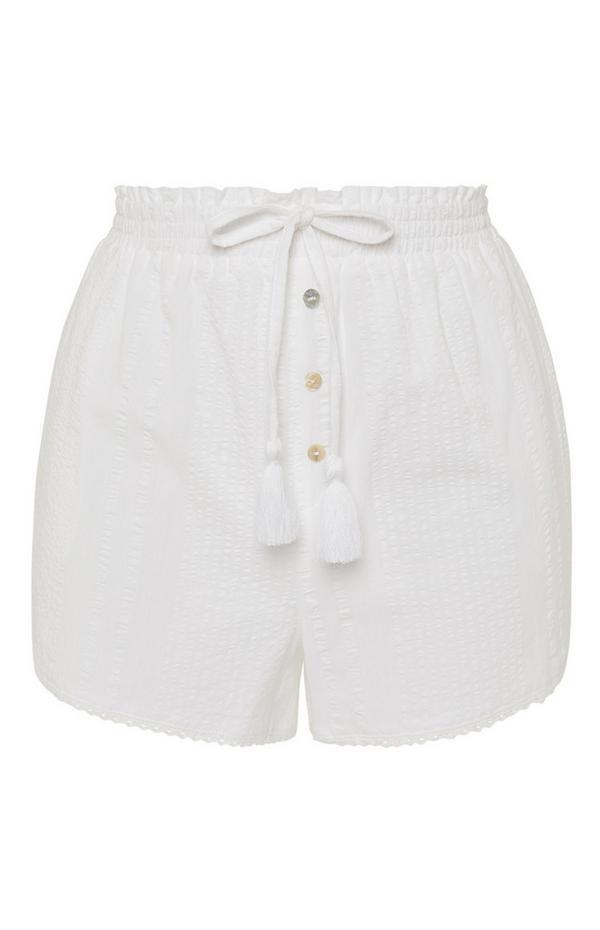 Weiße Seersucker-Shorts mit Knöpfen