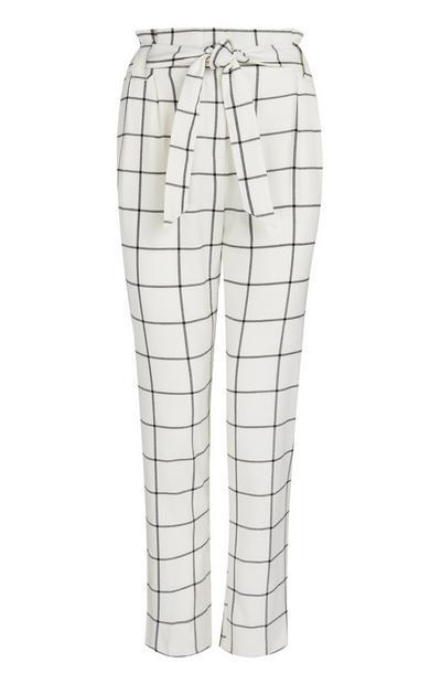 Pantaloni bianchi e neri a quadri con vita a sacchetto