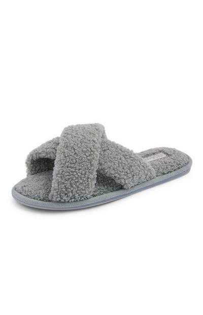Pantuflas grises de borrego con tiras cruzadas