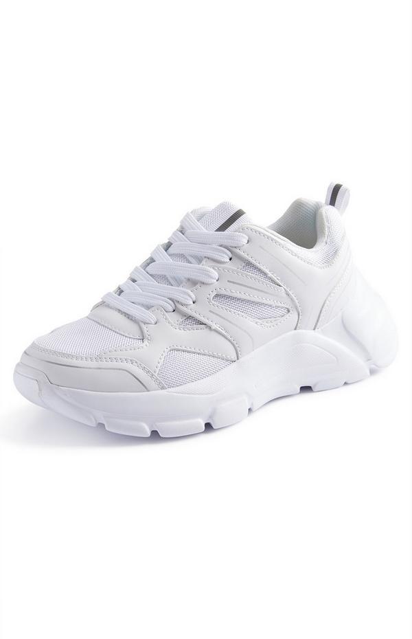 Weiße Sneaker mit reflektierendem Einsatz und dicker Sohle