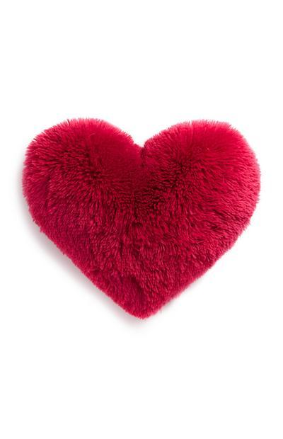 Coussin rose duveteux en forme de cœur