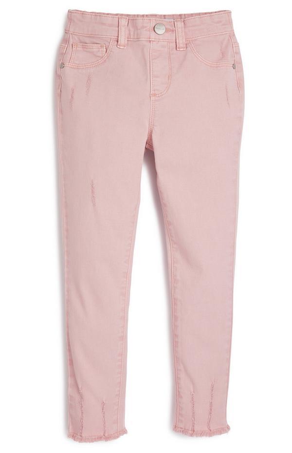 Pantalón rosa palo de sarga con bajos deshilachados para niña pequeña