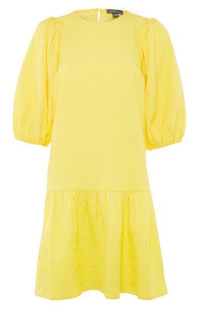 Vestido texturizado amarillo con mangas abullonadas