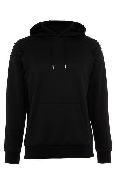 Sudadera negra estilo motero con capucha y detalles en los hombros
