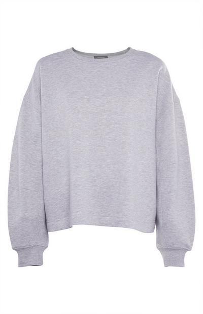 Grauer Pullover mit Biesen