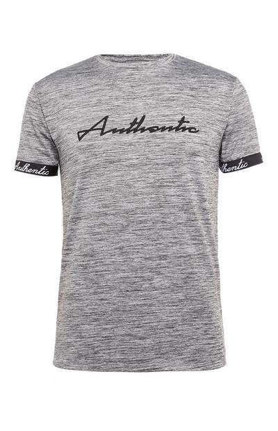 Camiseta gris con mensaje «Authentic»
