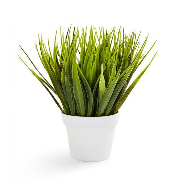 Maceta blanca con planta artificial