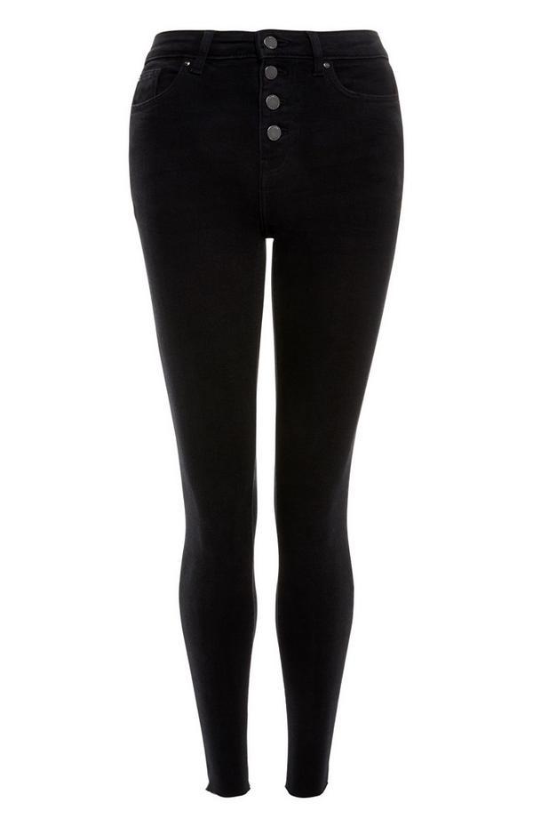 Schwarze Jeans mit unversäubertem Saum und Knopfleiste