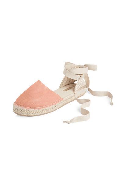 Roséfarbene Espadrilles mit Knöchelband zum Binden
