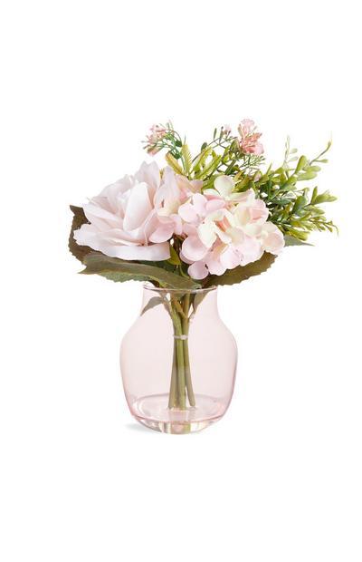 Große, rosafarbene Glasvase mit Kunstblumen