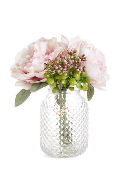 Vaas met roze kunstbloemen