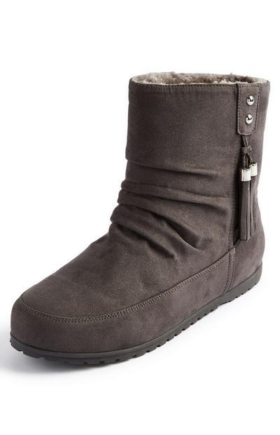 Graue Stiefel mit Quasten an der Seite