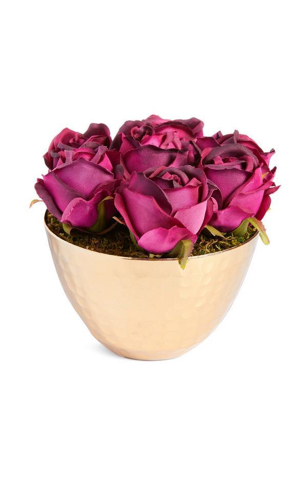 Jarrón dorado de lata con rosas pequeñas