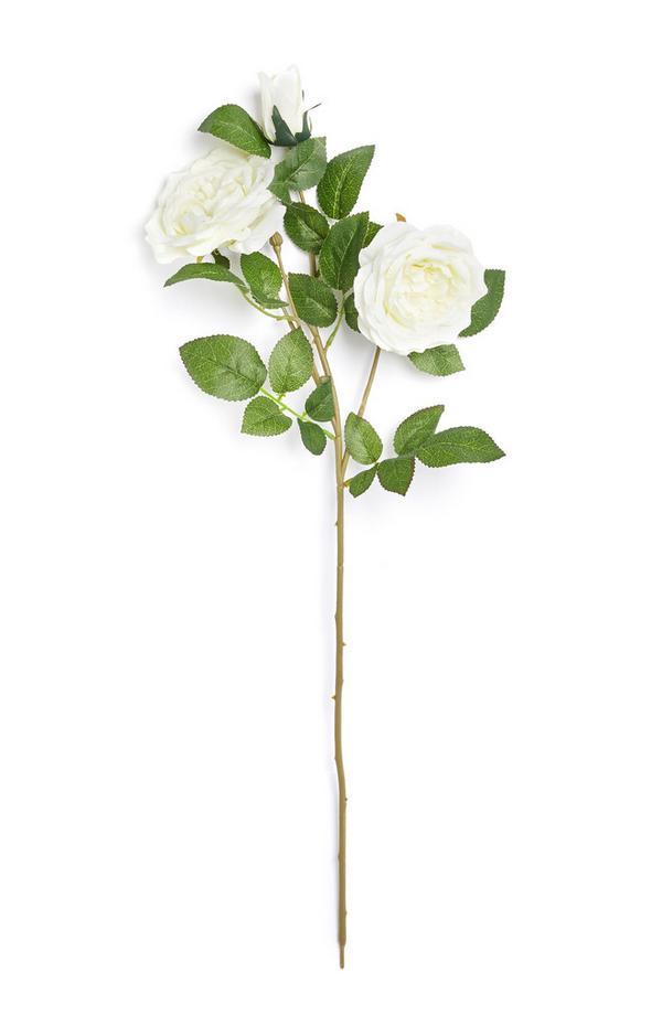 Rama sintética con rosas de color blanco