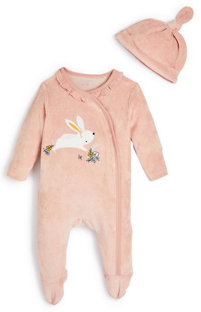 Hellrosa Veloursstrampler und Mütze mit Hase für Babys (M)