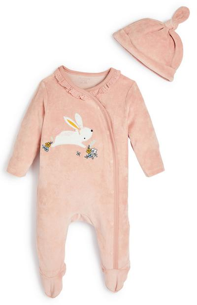 Pelele y gorro de velvetón rosa palo con conejito para bebé niña