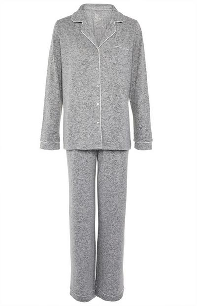 Pijama supersuave de color gris con botones