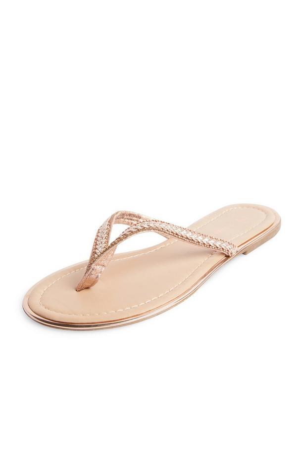 Sandalias doradas con tira entre los dedos y adornos de strass