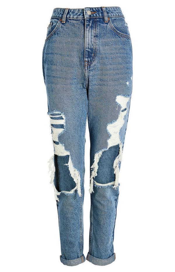 Blaue Mom-Jeans im extremen Used-Look