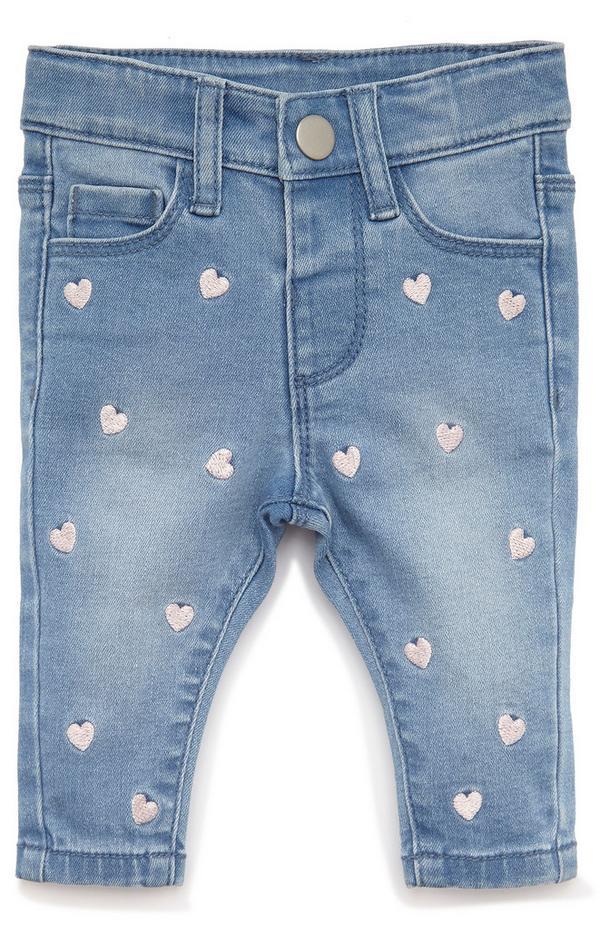 Jeans in denim decorati con cuori da bimba