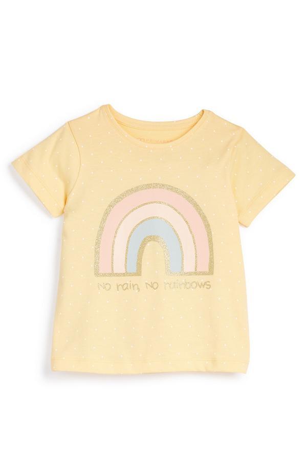 Camiseta amarilla con texto y arcoíris para niña pequeña