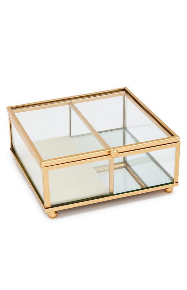Klein glazen sieradenkistje met goudkleurige accenten