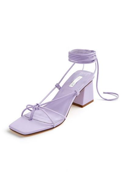 Sandali lilla con tacco squadrato allacciati alla caviglia