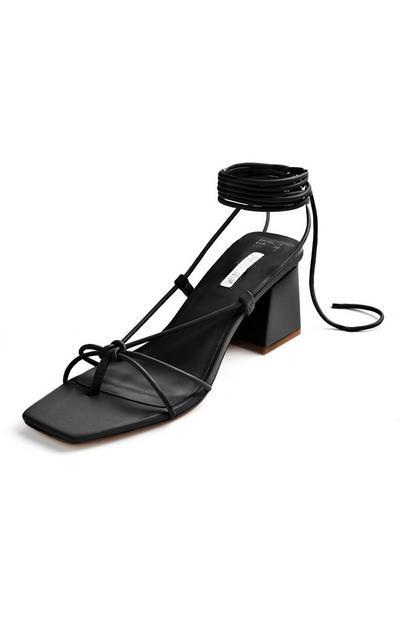 Sandalias negras con tacón grueso y tiras para atar