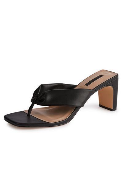 Sandalias negras con tira ancha y puntera cuadrada