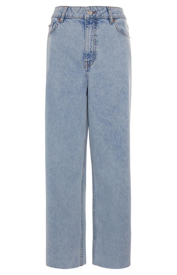 Verkürzte blaue Jeans mit weitem Bein