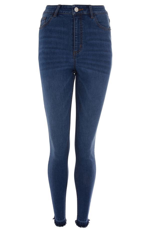 Blaue Skinny Jeans mit Fransensaum