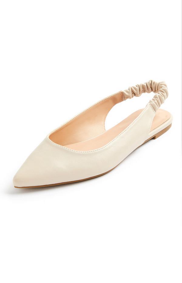 Zapato plano y destalonado color marfil con puntera afilada y tira en el talón fruncida