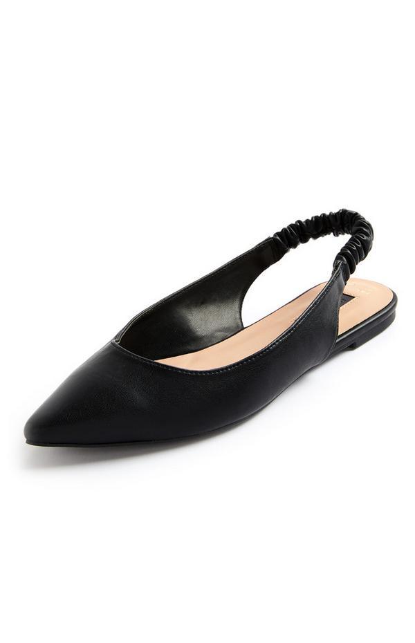 Zapato plano y destalonado negro con puntera afilada y tira en el talón fruncida