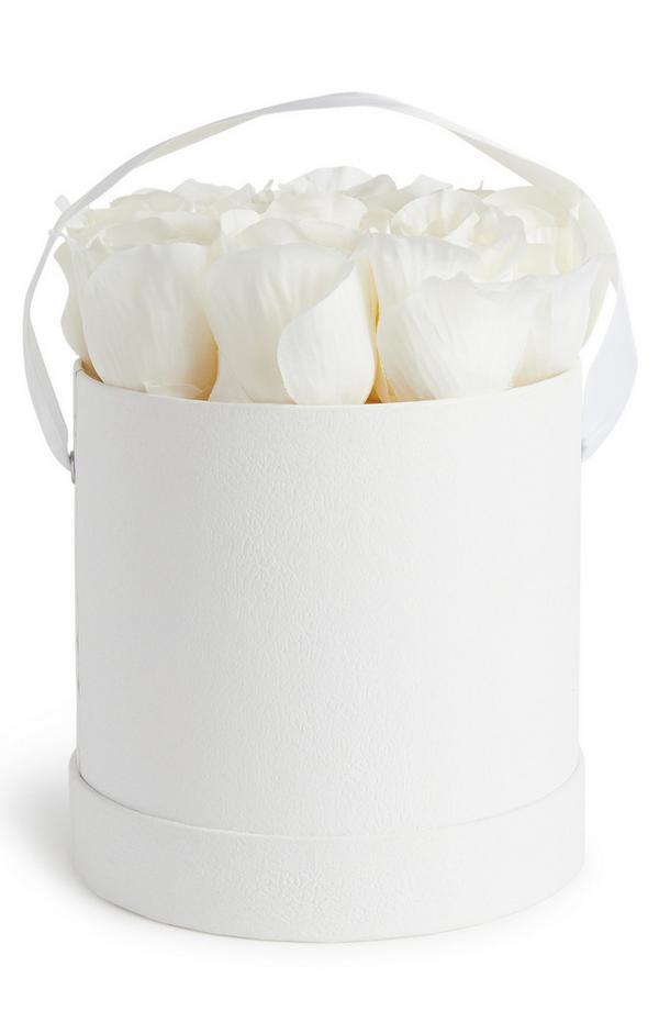 Rosas sintéticas de color blanco en sombrerera