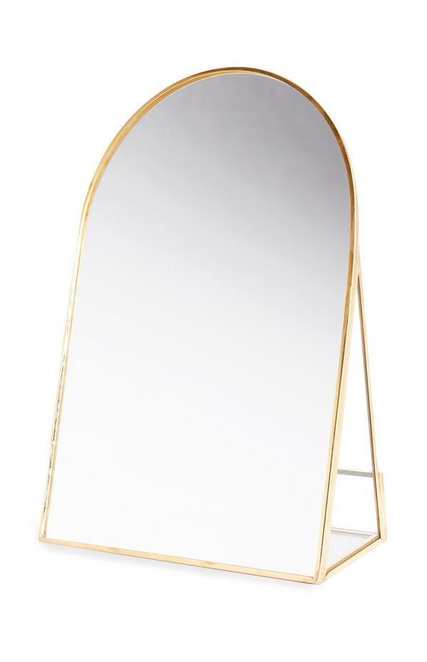 Kleine goudkleurige boogvormige spiegel