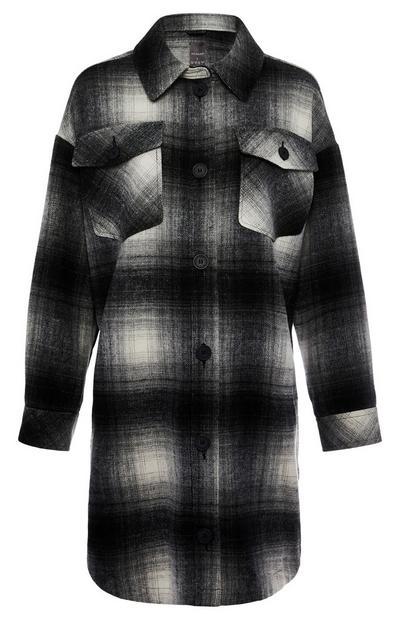 Črno-bela dolga karirasta srajčna jakna z žepi