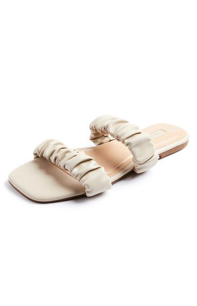 Ivoorkleurige sandalen met twee krinkelbandjes